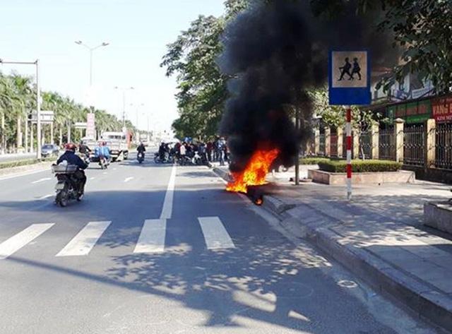 Xin xỏ CSGT không thành công nam thanh niên châm lửa đốt xe máy 1